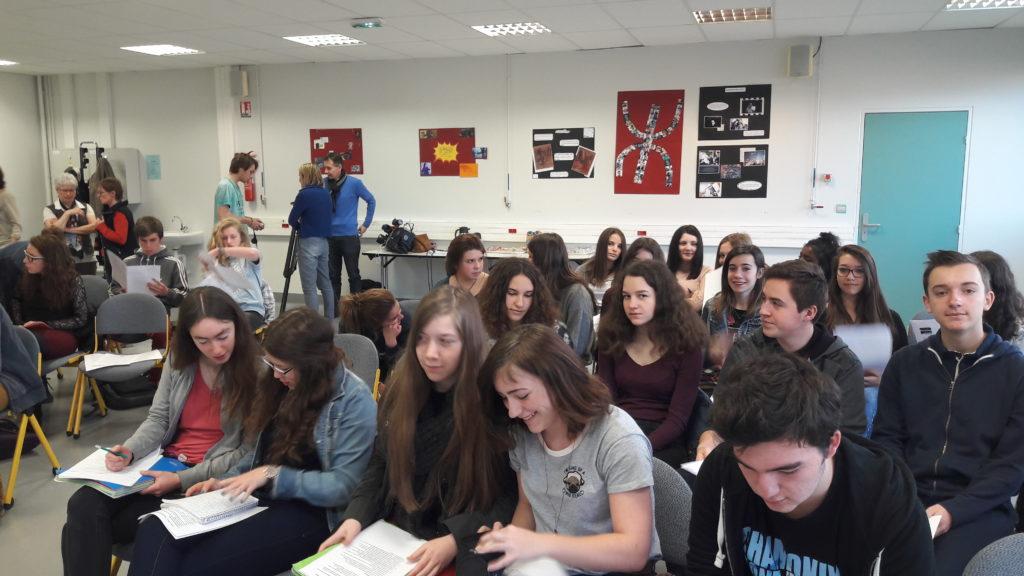 Des élèves prêts à poser leurs questions