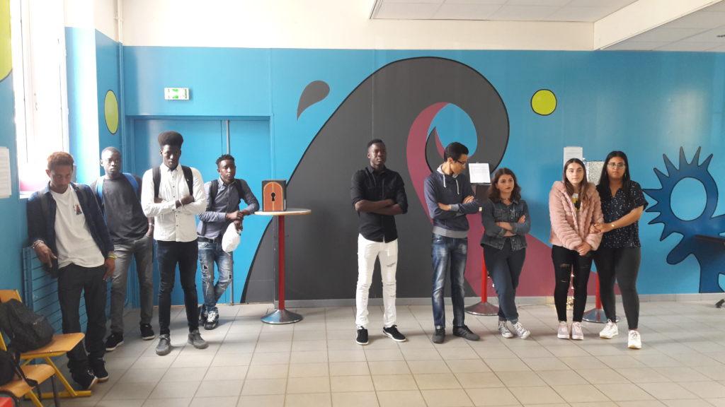 Les lycéens UPE2A Hippolyte Fontaine devant leur travail