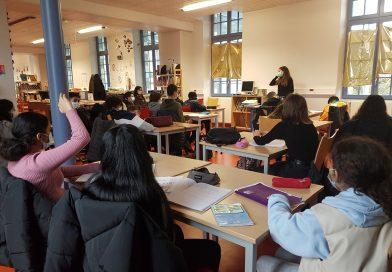 Les journalistes en herbe du collège Denfert Rochereau découvrent le métier de journaliste avec Caroline Girard de l'YR